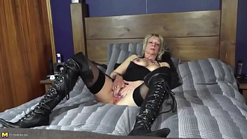 Mature aunty with hot body and thirsty pink pussy More on: 18CAMS.CO