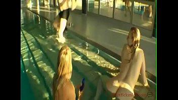 three deutsche mummies im ouml_ffentlichen schwimmbad.