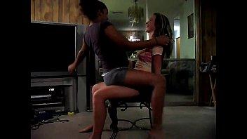 amigas loira e mulata uma lap dance na outra