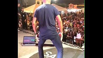 novinho seduzindo no palco de samyra demonstrate rebolando.
