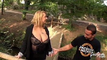 Coquine blonde &agrave_ gros seins se fait sodomiser