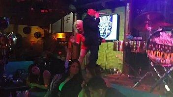 Mega tetona mexicana bailando sexy en minifalda roja