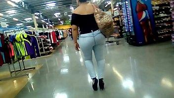Milf culona marcando en jeans 1