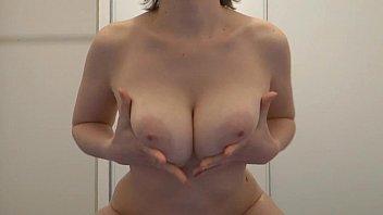 kmille joue avec ses breasts