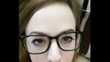 PIPE- petite brune &agrave_ lunette adore avaler