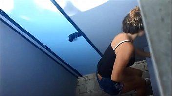 junge ische in deutscher freibad-umkleide