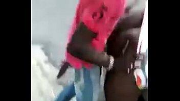 pareja negra teniendo sexo en publico