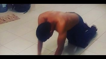 hombre mamado haciendo ejercicio