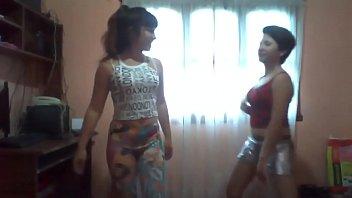 2 chicas sexy bailando